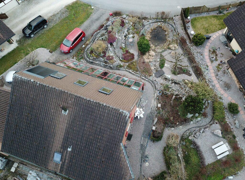 Luftansicht der Gartenbahn, die Bergstrecke kann wegen Umbauarbeiten aktuell nicht befahren werden.
