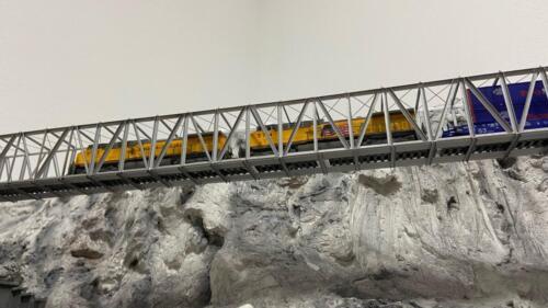 Double Stack Zug auf der langen Trust Bridge