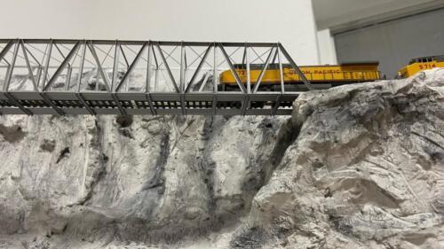 Die UP AC4400CWs auf der langen Trustbridge