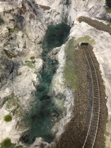 Der Ausflussbach neben dem Abstellgleis